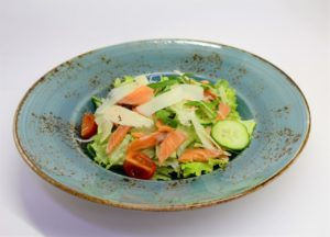 салат с форелью