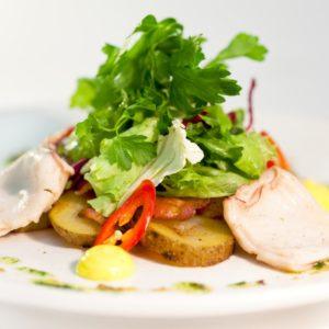 салат с кальмарами и беконом
