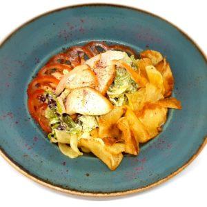 Салат с куриной грудкой, овощами и соусом тартар