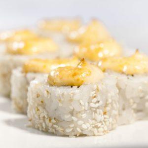 Нагасаки люкс (лосось, угорь, огурец, сыр Филадельфия, спайс соус)