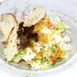 Салат с мурманской треской домашнего копчения и яйцом пашот